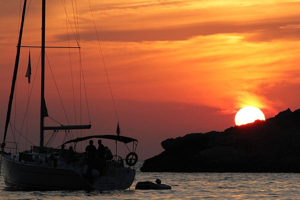 Sailing for pleasure during your holidays in our rental apartments in Estartit